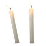 twee kaarsen, 1 staat recht en de ander niet